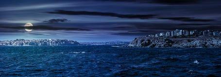峭壁的镇在海滨上在晚上 免版税库存图片