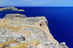 从峭壁的顶视图在公海和海岛火山岩的, 库存照片