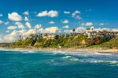 峭壁看法沿海滩的在圣克莱芒特 库存图片