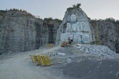 从峭壁被雕刻的菩萨大雕象  免版税库存图片