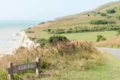 峭壁边缘危险标志,南下来方式, nr伊斯特本,英国 免版税库存图片