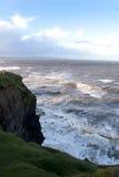 峭壁边缘和风暴波浪 库存照片