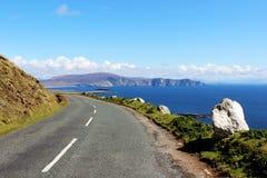 峭壁边缘路向阿基尔岛,爱尔兰 库存照片