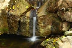 峭壁金黄kaew南歌曲泰国瀑布 库存照片