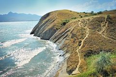 峭壁陡峭边缘的海运 免版税图库摄影