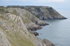 峭壁面孔看法沿散兵坑小海湾, Gower,英国的 免版税库存图片