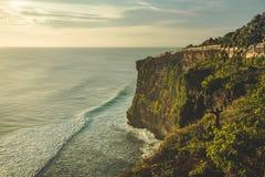 峭壁,海洋岸,旅游道路 全景 巴厘岛 免版税库存图片