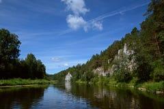 峭壁`圣乔治岩石`和`哨兵晃动在Chusovaya河岸的`  库存照片
