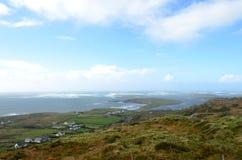 峭壁从天空路的海岸和海视图在Clifden,爱尔兰 库存照片