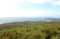峭壁从天空路的海岸和海视图在Clifden,爱尔兰 免版税库存图片