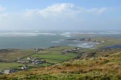 峭壁从天空路的海岸和海视图在Clifden,爱尔兰 免版税图库摄影