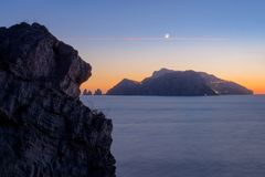 峭壁` s嘴夺走的卡普里岛海岛在惊人的清楚的日落 库存图片