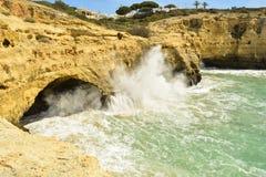 峭壁inBenagil,葡萄牙阿尔加威的村庄 免版税库存照片