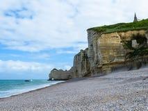 峭壁La Falaise d'Amont在Etretat,法国 库存照片