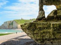 峭壁La Falaise d'Amont在Etretat,法国 图库摄影