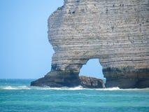 峭壁La Falaise d'Amont在Etretat,法国 库存图片