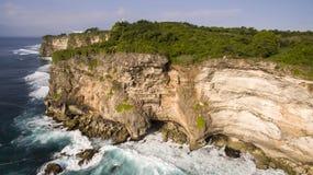 峭壁Uluwatu,巴厘岛,印度尼西亚空中寄生虫视图  图库摄影