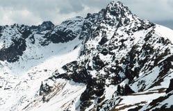 峰顶下了雪 免版税库存照片