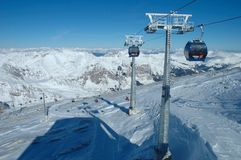 峰顶和滑雪吊车 库存图片
