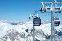 峰顶和滑雪吊车 库存照片