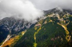 峰顶在云彩攻击外 免版税图库摄影