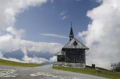 峰顶的伊丽莎白教堂在滨湖采尔,奥地利上 免版税库存图片