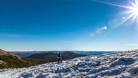 峰顶的单独妇女在喀尔巴阡山脉 免版税库存图片