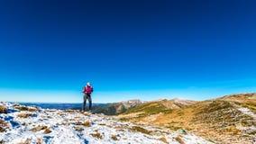 峰顶的单独妇女在喀尔巴阡山脉 免版税库存照片