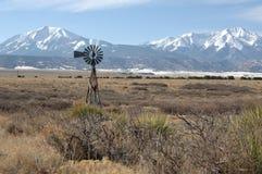 峰顶西班牙语风车 库存照片