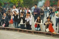 崇拜者在北京,中国拿着香火棍子并且祈祷在Yonghegong喇嘛寺庙 库存照片