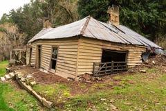 崩溃入地球的一间老被放弃的农舍 免版税库存图片
