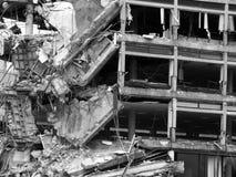 崩溃的被毁坏的大混凝土建筑 库存照片