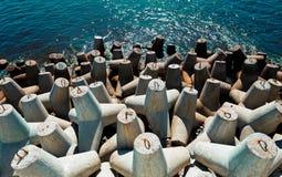 嵌入石头 多岩石的海滩,平安的海,港口 库存照片