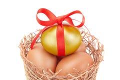 嵌套和范围复活节金黄鸡蛋。 库存照片