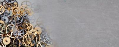 嵌齿轮链轮技工在葡萄酒的机械装饰品构造了纸背景 减速火箭的技术分开特写镜头,年迈 免版税库存图片