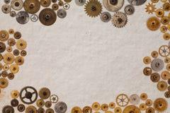 嵌齿轮链轮技工在葡萄酒的机械装饰品构造了纸背景 减速火箭的技术分开特写镜头,年迈 库存图片