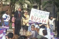 州长比尔・克林顿告诉在加州大学洛杉矶分校集会 免版税库存图片