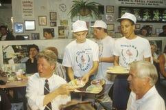 州长比尔・克林顿与帕尔马Peiroges餐馆店主用餐在Pa的克林顿/戈尔1992年Buscapade竞选中游览 免版税库存照片