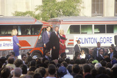 州长比尔・克林顿和戈尔参议员在1992年Buscapade竞选的在克利夫兰,俄亥俄开始游览 免版税库存照片