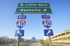 州际公路75南北高速公路签字到纳稀威或小岩城 免版税库存照片