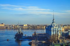 巡洋舰极光的全景在圣彼德堡 图库摄影