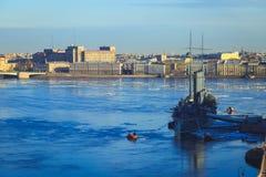 巡洋舰极光的全景在圣彼德堡 免版税库存照片