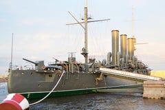 巡洋舰极光 在水的博物馆船 库存图片
