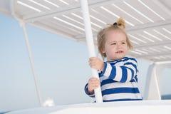 巡航与孩子 儿童微笑的面孔镶边衬衣看起来象水手 孩子男孩小孩旅行的海巡航 家庭 免版税库存图片
