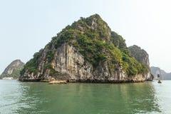 巡航东Thien Cung海湾的中止和等待游人陷下与在夏天在下龙湾 广宁省,越南 免版税库存照片