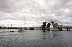 巡航入在湖Macquarie的开启桥的风船 免版税库存照片