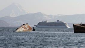 巡航划线员北欧海盗猎户星座航行在背景火山登上海岸线的海洋 股票录像