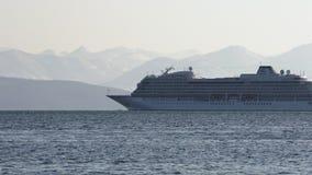 巡航划线员北欧海盗猎户星座航行在背景登上海岸线的太平洋 股票录像
