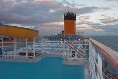 巡航划线员和日落 北海,挪威 库存图片