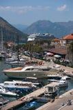 巡航划线员和游艇在科托尔海湾黑山 库存照片
